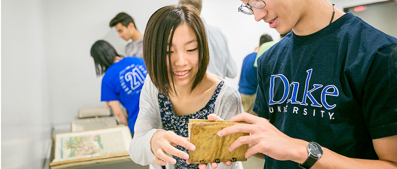 first year duke students examining old Da Vinci publications